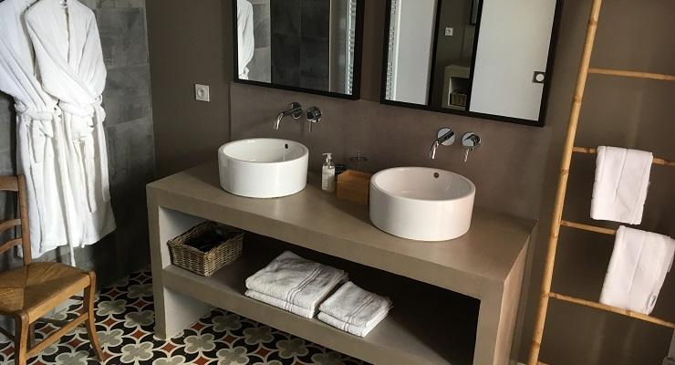 Salle d'eau spacieuse avec douche à l'italienne, wc indépendant.